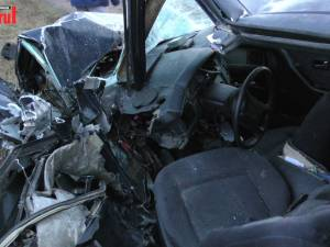 Doi șoferi au rămas încarcerați, după ce autoturismele lor s-au ciocnit violent lângă Dornești
