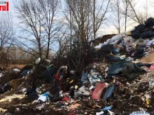Protest la Tișăuți, Ipotești, din cauza unei gropi de gunoi clandestine care ia amploare la câțiva pași de școală