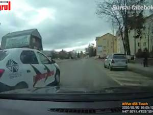 Maşina unei firme de pază, filmată în timpul unei depăşiri pe trecerea de pietoni