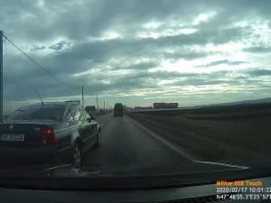 Accident evitat de doi șoferi cu capul pe umeri în urma unei depășiri kamikaze