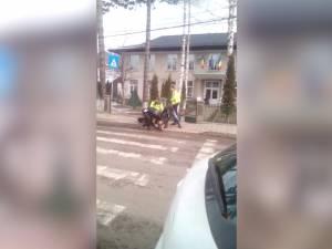 Tată şi fiu care au agresat un poliţist şi au înjurat copii, încătuşaţi în curtea unui liceu