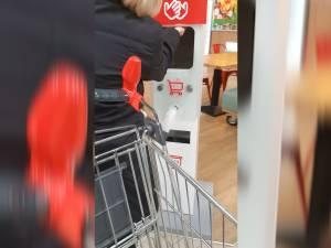 Restaurantele, mall-urile, magazinele alimentare și transportatorii de persoane, obligați să dezinfecteze spațiile frecvent