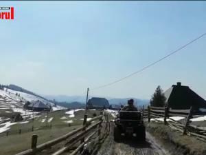 Alimente duse cu ATV-urile la bătrâni care locuiesc în cătune izolate din Brodina