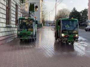 Două utilaje pentru spălarea și dezinfectarea trotuarelor și a străzilor înguste acționează în plus, de vineri, în Suceava