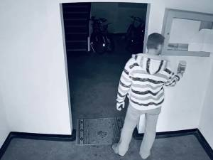 Caz ciudat la Suceava - un individ trage pe nas dezinfectantul de mâini, apoi fură întreg recipientul din casa scării