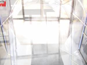 Tunel pentru dezinfectare, montat la intrarea în sediul Primăriei Suceava