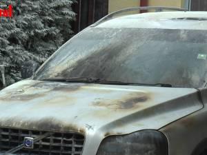Mașina unui polițist de frontieră distins în lupta cu contrabandiștii, incendiată în curtea casei