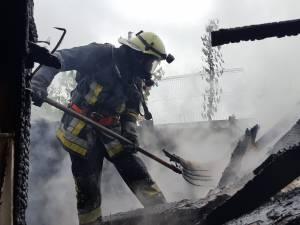 Casa unei familii din Plopeni, salvată in extremis de pompieri de la incendiu