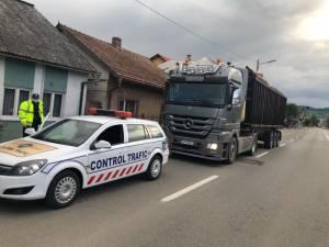Camion cu lemne, supraîncărcat, depistat la controlul cu cântarul al inspectorilor ISCTR
