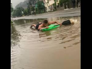 """Rafting"" pe strada inundată, la Vatra Dornei"