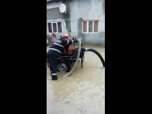 Case și curți inundate, după ploi torențiale în zona Gura Humorului