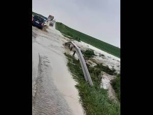 Drum spre Brodina de Sus rupt de ape și E 85 blocat la Dărmănești