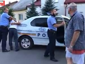 Șofer beat turtă, încătușat de polițiști în stradă după ce a intrat cu mașina într-un stâlp