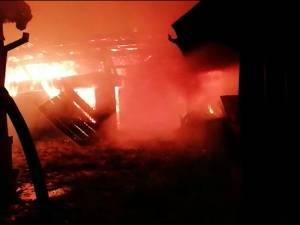 Un incendiu a distrus acoperișul unei case și toate anexele dintr-o gospodărie