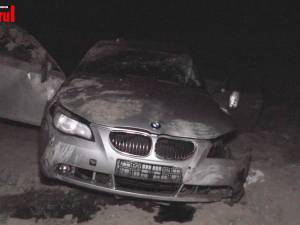 Trei victime au ajuns la spital, după ce mașina în care se aflau a căzut de pe pod la intrare în Rădăuți