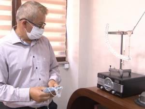 Cu 70 de angajați și credite în bănci, ca să reziste, un sucevean s-a adaptat la producerea de măști medicale
