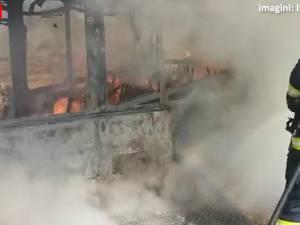 Un autobuz a luat foc în timpul mersului pe un drum din Zvoriștea