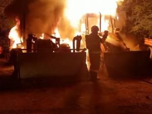 Două excavatoare au ars aseară, în curtea unei firme din Fălticeni