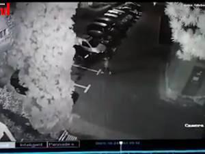 Hoț surprins de camere de supraveghere în timp ce fura dintr-o mașină