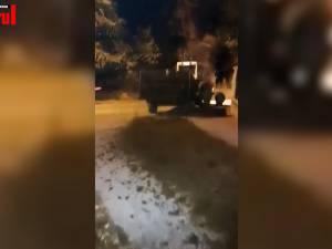 Un sătean supărat a împrăștiat bălegar în jurul casei primarului din Putna