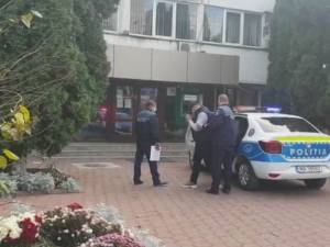 Individul care a aruncat cu un ciocan în mașina unui activist de mediu, reținut de polițiști