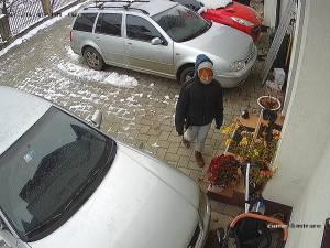 O cerșetoare care se transformă în hoață, filmată în curtea unei case din Șcheia