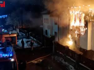 Trei gospodării au fost cuprinse de flăcări în miez de noapte la Voitinel