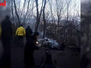 Tânăr mort, după ce a fost proiectat în afara mașinii cu care intrase în copacii de lângă drum