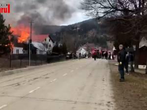 O casă a fost cuprinsă de un puternic incendiu în orașul Frasin